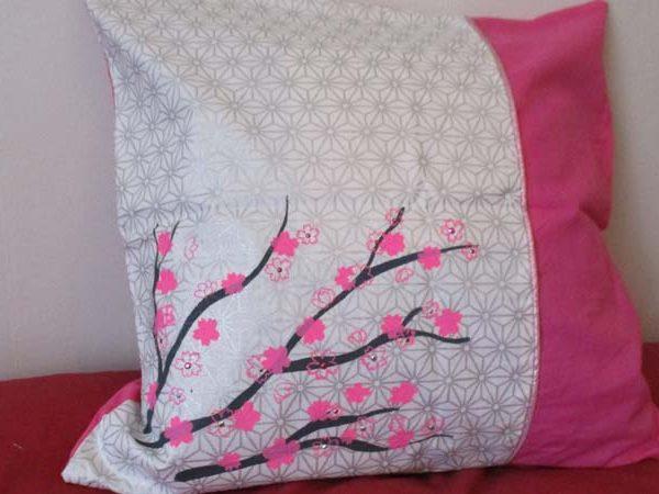 kit coudre housse de coussin s rigraphi branches sur motif japonais argent et rose 40 x. Black Bedroom Furniture Sets. Home Design Ideas